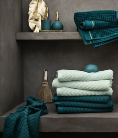 Jacquard-patterned hand towel: Hand towel in cotton terry with a jacquard-weave zigzag pattern and hangers on the short sides. Towel, Hand Towels, Dream Bathrooms, Guest Bathrooms, Green Bathroom, Bathroom Design Small, Small Bathroom Remodel, Living Room Remodel, Small Bathroom Decor