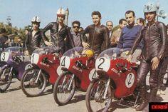 El equipo DERBI de 1964 en Montjuic al completo acompañados por Paco Tombas ,   Nº 1 Jan T. Huberts , Nº2 Josep Mª Busquets , Nº 3 Angel Nieto , Nº 4 Jacques Roca