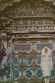 """Siouxvenir: Veruschka como """"Girl in the Fabulous Furs"""" O grupo, incluindo estilista Polly Mellen, viajou para os Alpes japoneses para filmar uma série extravagante de peles, montanhas místicas e Veruschka, bem-estar Veruschka. Fotos de Richard Avedon, 1966"""