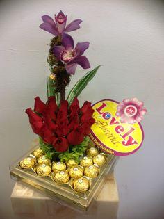 Detalles florales con rosas,orquídeas y chocolates.