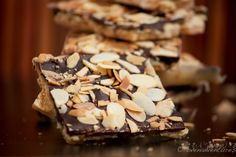Almond roca (with saltines? Homemade Almond Roca Recipe, Best Candy, Sugar Cravings, Christmas Things, Christmas Goodies, Candy Recipes, Party Snacks, Desert Recipes, Food Gifts