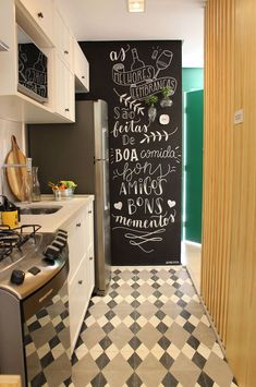 Conheça o trabalho d handlettering do Na Lousa. Kitchen Blackboard, Blackboard Wall, Chalk Wall, Kitchen Interior, Kitchen Decor, Modern Interior, Interior Design, Sweet Home, Diy Home Decor