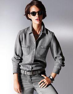 Ein elegantes Jeanshemd darf in keiner Freizeitgarderobe fehlen.