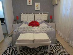Cabeceira em futon: basta ter um varão (aqueles de cortina) e futons que podem ser os quadrados.