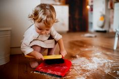 Got an independent toddler? Here are 5 things parents can do to help make living with a toddler who wants to do everything himself less stressful. Clean Up Song, Toddler Swimming Lessons, Swim Lessons, Children's Choice, Photo Libre, Chores For Kids, Kids Songs, Preschool Songs, Do Everything