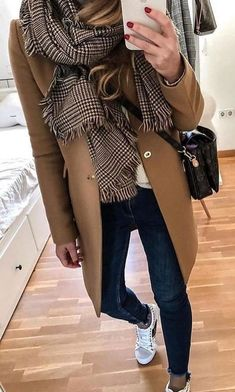 Classic camel coat over casual outfit with cute black and white checked scarf. Casual Winter Outfits, Winter Fashion Outfits, Spring Outfits, Autumn Fashion, Casual Fall, Fashion Mode, Look Fashion, Fashion Black, Trendy Fashion