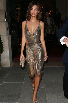 Emily Ratajkowski went braless as she stepped out in Paris tonight in a stunning gold dress Mode Outfits, Sexy Outfits, Sexy Dresses, Fashion Dresses, Lovely Dresses, Fashion Clothes, Formal Dresses, Look Fashion, Paris Fashion