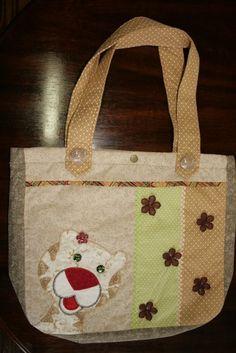 Bolsa de Patchwork, tecido 100% algodão, toda bordada a mão, com dois bolsos internos. R$100,00