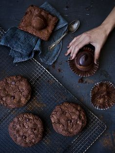 oooooh la la, chocolate all around! Yummy Things To Bake, Cookie Recipes, Dessert Recipes, Amazing Food Photography, Dark Chocolate Cookies, Chocolate Biscuits, Chocolate Pictures, Food 52, Cookie Decorating