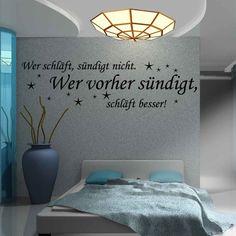 Wer schläft, sündigt nicht. Wer vorher sündigt, schläft besser! Sehr erotischer Spruch für das Schlafzimmer. Individuelle Wandtattoos von Wandtattoo.kiwi