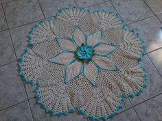 Tapete de barbante redondo flor prima vera, na cor cru com azul mescla barroco otimo acabamento produto de qualidade.