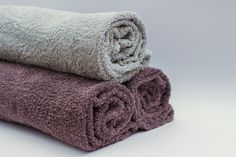 Got smelly towels? Learn how to remove that lingering musty smell from towels easily and inexpensively! Say goodbye to mildew on your towels! Smelly Towels, Towels Smell, Old Towels, Bath Towels, Bathroom Towels, Bath Mat, House Cleaning Tips, Spring Cleaning, Cleaning Hacks