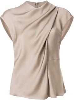 Shop Giorgio Armani draped neck blouse Source by blouses 2019 Blouse Styles, Blouse Designs, Dress Designs, Giorgio Armani, Emporio Armani, Moda Chic, Sleeveless Blouse, Drape Blouse, Tunic Blouse