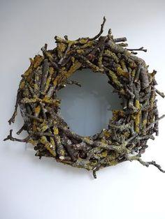 Bodenseewellen: Kranz aus Zweigen DIY Bodenseewellen: wreath of twigs DIY Diy Spring Wreath, Diy Wreath, Holiday Wreaths, Door Wreaths, Burlap Wreath, Christmas Decorations, Holiday Decor, Beach Wood, Deco Floral