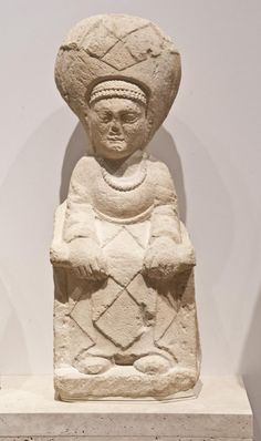 Dama sedente tocada con una mitra redondeada muy alta y una diadema. Museo Arqueológico Nacional