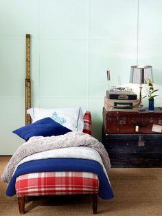 Im Onlineshop von Zara Home können wir nicht nur allerlei süße Bettwäsche für uns und für die lieben Kleinen bestellen, wir können auch prima Wohnideen klauen: Alte Lederkoffer lassen sich zum Beispiel als Nachttischchen wiederverwerten. Diese Retro-Wohnidee gibt dem Kinderzimnmer einen coolen Vintage-Look und ist auch noch praktisch: In die Koffer kommen Dinge, die man nur selten braucht, die aber zu schade für den feuchten Keller sind, wie die Gäste-Bettdecke und ähnliches.