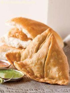 Samosa pave, an equally popular brother of the famous nevada pave! deep-fried samosas with a spicy potato and peas filling are sandwiched between laddie pave flavored with chutneys. Indian Snacks, Indian Food Recipes, Vegetarian Recipes, Snack Recipes, Dinner Recipes, Healthy Recipes, African Recipes, Curry Recipes, Delicious Recipes