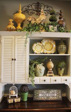 Above cabinet decor, greenery, iron work placement; decorating above kitchen cabinets French Kitchen Decor, French Country Kitchens, French Country Cottage, French Decor, Country Style, Kitchen Vignettes, Country Hutch, Kitchen Hutch, Kitchen Country