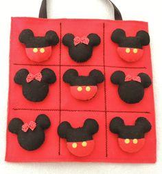 Sacolinha com jogo da velha - tema Mickey e Minie, confeccionado em feltro. www,facebook.com/kfofodasartes