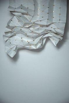 Conçu par Kathy Ludwig et Florian Kraütli, ce rideau est pourvu de petits aimants permettant de le plier sur lui même. L'esthétique rejoint la fonction et offre une séparation de l'espa…