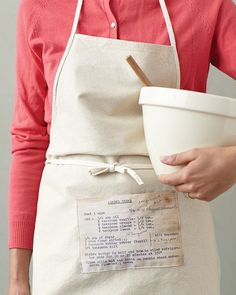 Consider+these+ideas+your+invisible+assistants+in+the+kitchen.+No+matter+what+stage+of+cooking+(prepping,+cooking,+serving),+they+will+be+invaluable+each+time+you+don+an+apron.Show+off+an+heirloom+recipe,+handwritten+notes+and+all,+by+turning+it+into+a+fabric+pocket+for+an+apron.