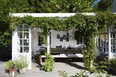 Familien bor ved Oslo Fjord og råder over 70 til rendyrk Outdoor Rooms, Outdoor Gardens, Outdoor Living, Outdoor Decor, Garden Show, Dream Garden, Home And Garden, Scandinavian Garden, Gazebos