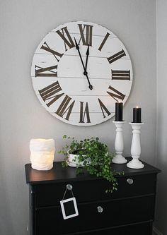 Hullaannu ja hurmaannu: Unelmieni keittiö ystävän luona Clock, Wall, Home Decor, Watch, Decoration Home, Room Decor, Interior Design, Home Interiors, Clocks