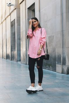 Pink Shirt Outfit Pictures outfit with casual outfits with zara pink shirt chicisimo Pink Shirt Outfit. Here is Pink Shirt Outfit Pictures for you. Pink Shirt Outfit picture of with light pink shirt sandals and crossbody bag. Outfit Jeans, Jeans And Sneakers Outfit, Sneakers Style, Outfits Primavera, Sneaker Outfits, Rosa Jeans, Outfits Con Camisa, Look Fashion, Fashion Outfits