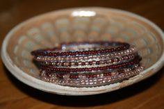 Bratara pe sarma cu memorie, cu margele in 2 culori: maro semi-transparent, roz deschis semi-transparent. Latime - 6 spire. P15