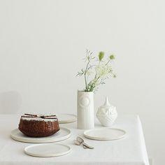 Speise- und Frühstücksteller Dessau von 3PunktF; Vase Pipanella und Dose Hatter von Finnsdottir