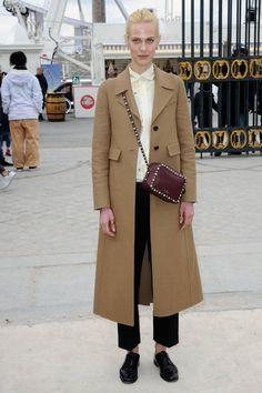 Aymeline Valade au défilé Valentino en manteau camel, pantalon et derbies