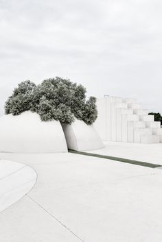 Designed in 1989 by Israeli artist Dani Karavan , the White Square is an environmental sculpture site reflecting Tel Aviv's history and scenery. Nature Architecture, Architecture Details, Interior Architecture, Interior Design, Parametric Architecture, Urban Landscape, Landscape Design, Garden Design, Environmental Sculpture