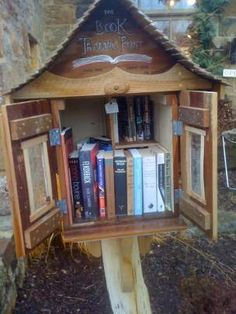 Free Little Library-I want to put this in my front yard! Little Free Libraries, Little Library, Free Library, Library Books, Library Ideas, Lending Library, Book Nooks, I Love Books, Bird Houses