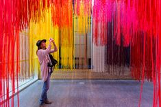 Francis Kéré Creates Installation from Brightly Colored Thread for First U.S. Retrospective,© Tim Tiebout. Courtesy of PMA