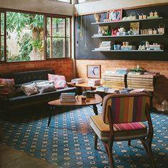 a matéria de hoje no blog é bem especial: estamos mostrando a escola de culinária @ovosquebrados, em Campinas! a decoração é mega inspiradora, com direito a tijolinho, lousa, ladrilhos coloridos, móveis vintage, armários lindos... ai, só vendo pra saber! vai lá ♥ ah, o projeto é da arquiteta @ferzarattini #tijolinho #lousa #ladrilho #todacasatemumahistoria #cozinhacolorida  foto: @lflorenzano