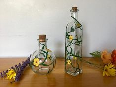 Painted Glass Bottles, Glass Bottles With Corks, Glass Bottle Crafts, Small Bottles, Wine Bottle Flowers, Wine Bottle Art, Clay Flower Pots, Flower Vases, Bottle Painting
