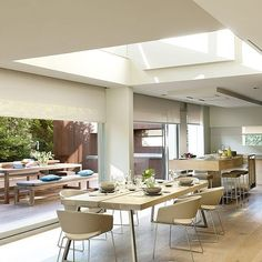 """171 Me gusta, 6 comentarios - Arquitectura y Diseño (@arquitecturayd) en Instagram: """"La luz cenital entra en el comedor de esta casa que han diseñado Francisco Oliva y Susanna G.…"""""""