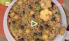 Pronti per la ricetta di un dolce perfetto per farvi fare un'ottima figura con amici e parenti? Allora non potete non provare la torta di mele e mirtilli con crumble aromatico. Direttamente dalla Prov