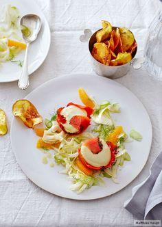 Überraschend knusprig: Zu Graved Lachs und luftigem Honigsenf auf Fenchel- Orangen-Salat gibt's frittierte Dill-Chips.