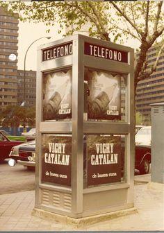Publicidad de Vichy Catalan, años 70 siglo XX, en una cabina telefónica.