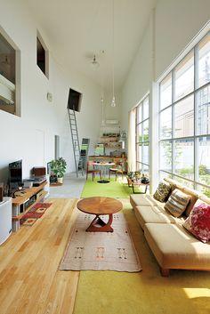 斜めの壁が2層を縦断する大空間は、ボルダリングと木工、裁縫に園芸と、多趣味な夫婦が暮らしをクリエイトするためのフィールド。 photograph_ Yasu