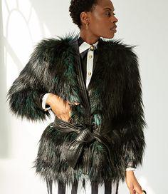Red carpet do Billboard Awards em maio, chegam Kendall Jenner e Jourdan Dunn vestindo Balmain e acompanhadas pelo diretor-criativo da grife, Olivier Rousteing. Até aí, nada demais, até vir o anúncio: os looks delas eram Balmain, sim, mas da coleção que já estava sendo desenvolvida em parceria com a H&M! O babado foi não só …