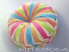Mitémola: Cojín drapeado redondo multicolor