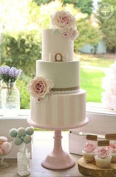 35 Chic Classy Wedding Cake Inspiration - MODwedding - Weddings and Events Gorgeous Cakes, Pretty Cakes, Cute Cakes, Divorce Cake, Fondant Cakes, Cupcake Cakes, Shabby Chic Cakes, Cupcakes Decorados, Bolo Cake