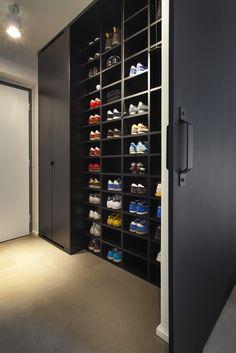 Space for shoes  Vstupní prostor s úložným prostorem a impozantním botníkem
