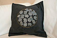 Kissen aus Reststoff mit gefilzten Blüten aus altem Pullover und Pailleten aus Teelichthülsen