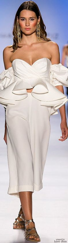 Johanna Ortiz White and. Foto Fashion, Runway Fashion, Fashion Show, Womens Fashion, Fashion Design, Fashion Trends, Dresscode, Mode Style, White Fashion