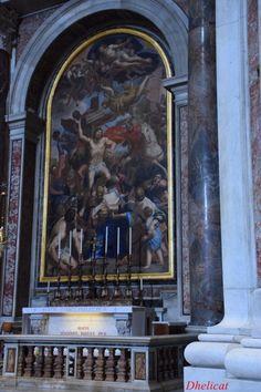Jean Paul II repose dans la Basilique, dans la Chapelle de San Sebastian. Depuis l'entrée, deuxième à droite. Cette chapelle; contigüe à celle qui abrite la Pitié de Michel-Ange, est présidée par une mosaïque du martyr du saint, œuvre de Pier Paolo Cristofari, basé sur un cadre de Domenichino; le plafond est décoré avec des mosaïques de Pietro da Cortona. Les restes de Jean Paul II sont conservés sous l'autel, depuis le 2 mai 2011, derrière une dalle de marbre avec l'inscription «BEATVS…