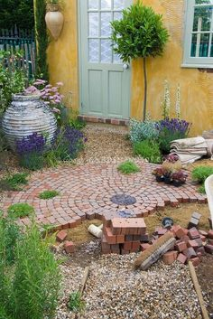 Building a patio with brick pavers in garden construction Building A Patio, Brick Building, Diy Terrasse, Brick Pavers, Paver Walkway, Concrete Patio, Brick Path, Flagstone Patio, Walkways