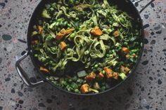 Denne grønne pastaretten er perfekt rask hverdagsmiddag. Full av fine farger, smaker og næringsstoffer. Kokosmelken er kanskje et litt uvant tilskudd til en klassisk pastarett, men den gjør retten herlig kremet og tilfører en deilig, mild kokossmak, som passer utmerket sammen med alle de grønne grøn